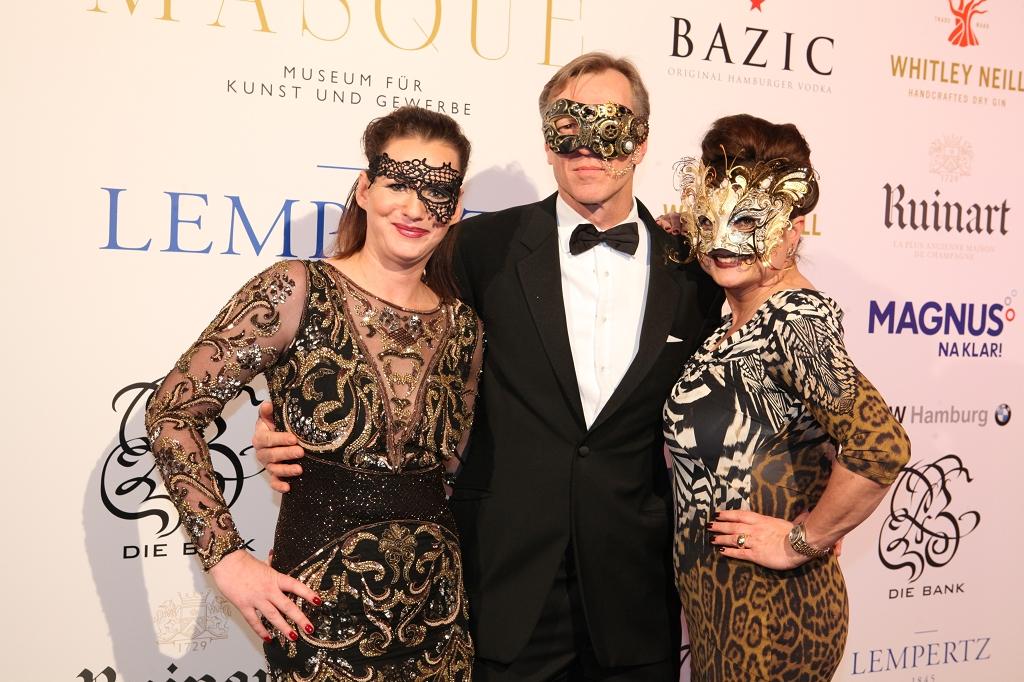 Gastgeberin Jenny Falckenberg mit Mann Büdi Blunck und Gastgeberin Stefanie Strasburger (c) Rike Schulz Bal Masqué