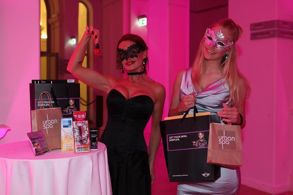Model Daria und Jennifer Nickel mit Goody-Bags (c) Rike Schulz Bal Masqué
