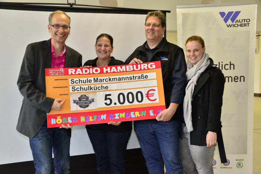 Radio Hamburg Moderator John Ment, Wiebke Gunkel (Schule Marckmannstrasse), Norbert Gerlach und Lena Müthel (Auto Wichert) bei der Scheckübergabe | photo(c)MartinBrinckmann