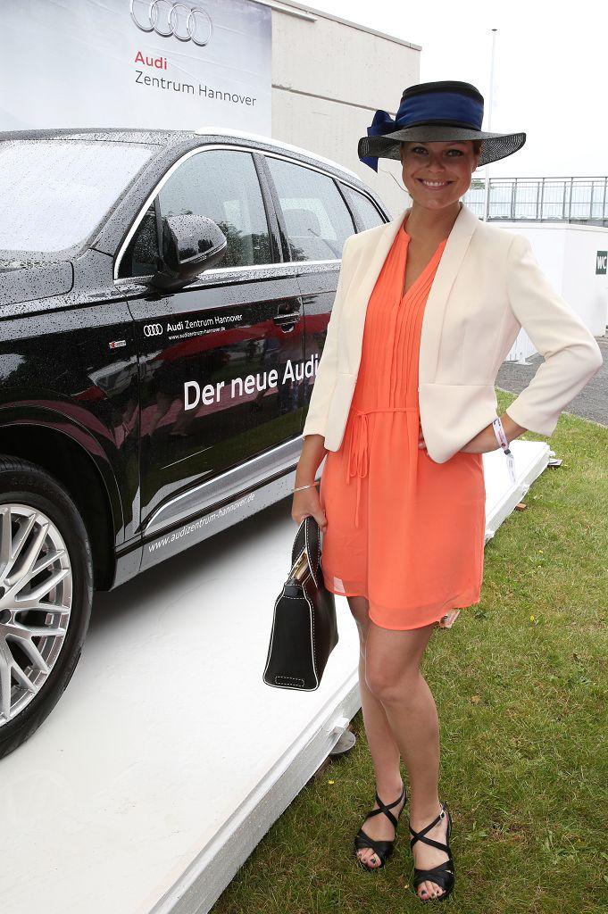 Schlagersängerin Saskia Leppin vor dem neuen Audi Q7