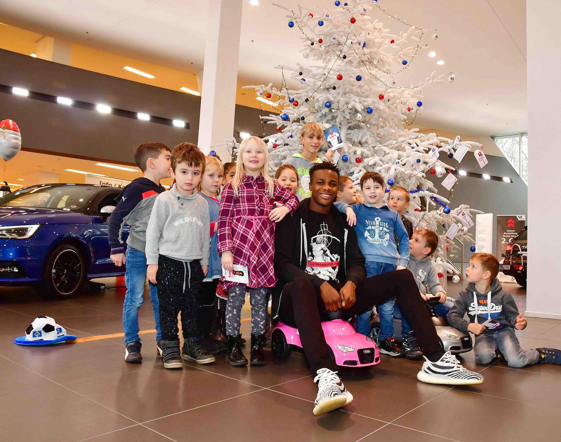 AW Hamburger Weg Audi 2017gh_Volle Fahrt voraus - Hamburger Weg 2017_HSV Profi Gideon Jung mit Kids Kita Elbkinder bei Auto Wichert